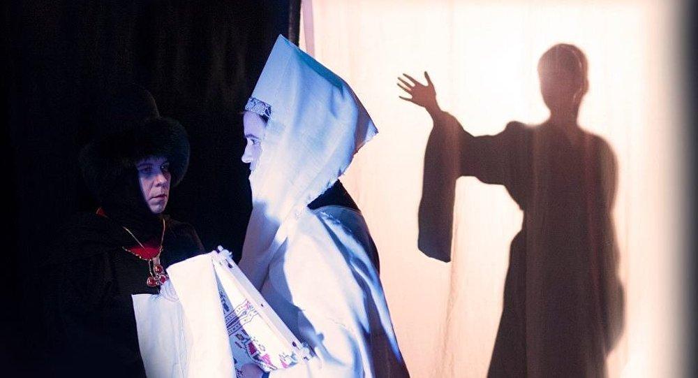 Сцена из спектакля Дитя и корона