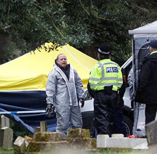 Сотрудник аварийных служб в защитных костюмах работают на London Road Cemetery в Солсбери, Великобритания, 10 марта 2018 г.