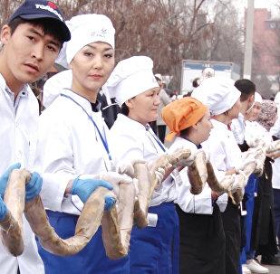 В Кыргызстане сделали 117-метровую колбасу и 1,4 тонны бешбармака