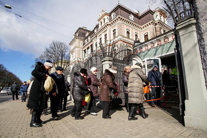 Досрочное голосование на выборах президента РФ в здании посольства России в Латвии