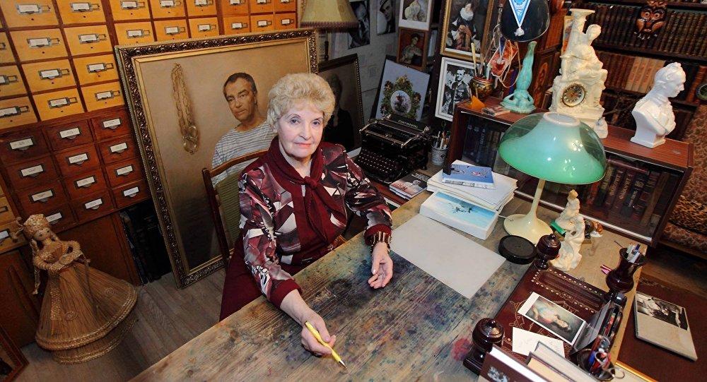 Антонина Ильинична у стола, за которым ее муж написал все свои книги