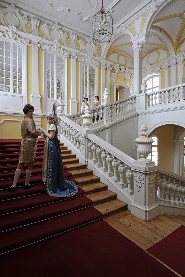 В фильме: лестница дома Безуховых. В музее: лестница в покои герцогини