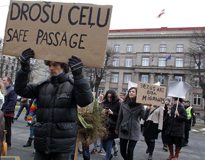 Участники шествия в поддержку беженцев в Риге