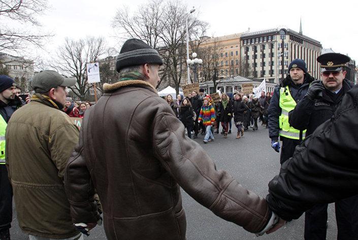 Противники приема мигрантов выстроились в живую цепь у памятника Свободе