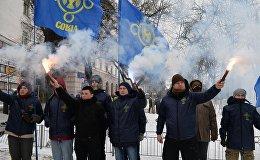 Украинские националисты с фаерами блокируют вход в посольство России в Киеве