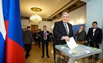 Посол РФ в Латвии Евгений Лукьянов голосует на выборах президента РФ на избирательном участке в посольстве РФ в Риге
