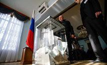 Избиратели голосуют на на выборах президента РФ в посольстве РФ в Риге