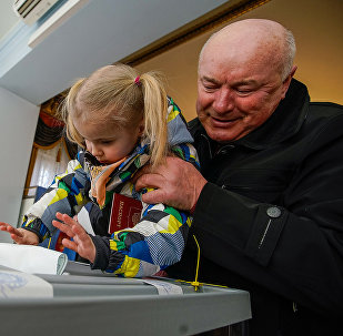 Избиратели голосуют на выборах президента РФ в посольстве России в Риге