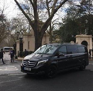 Машины с российскими дипломатами и их семьями покинули посольство РФ в Лондоне