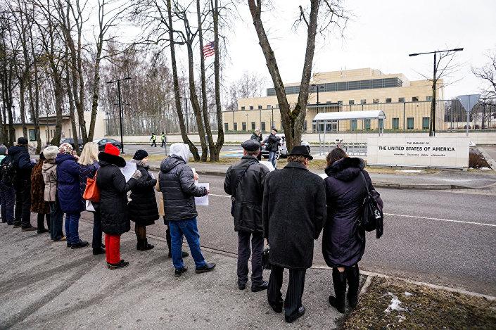 Митинг у посольства США в защиту русских школ