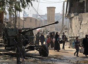 Мирные жители выходят из Восточной Гуты через гуманитарный коридор в поселении Хаммурия