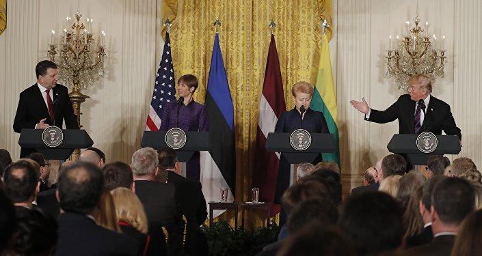 Igaunijas vadītāja Kersti Kaljulaida, Lietuvas vadītāja Daļa Gribauskaite un Latvijas prezidents Raimonds Vējonis Baltajā namā tikās ar ASV prezidentu Donaldu Trampu