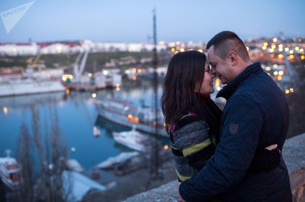 Молодая пара на набережной в Севастополе, Крым