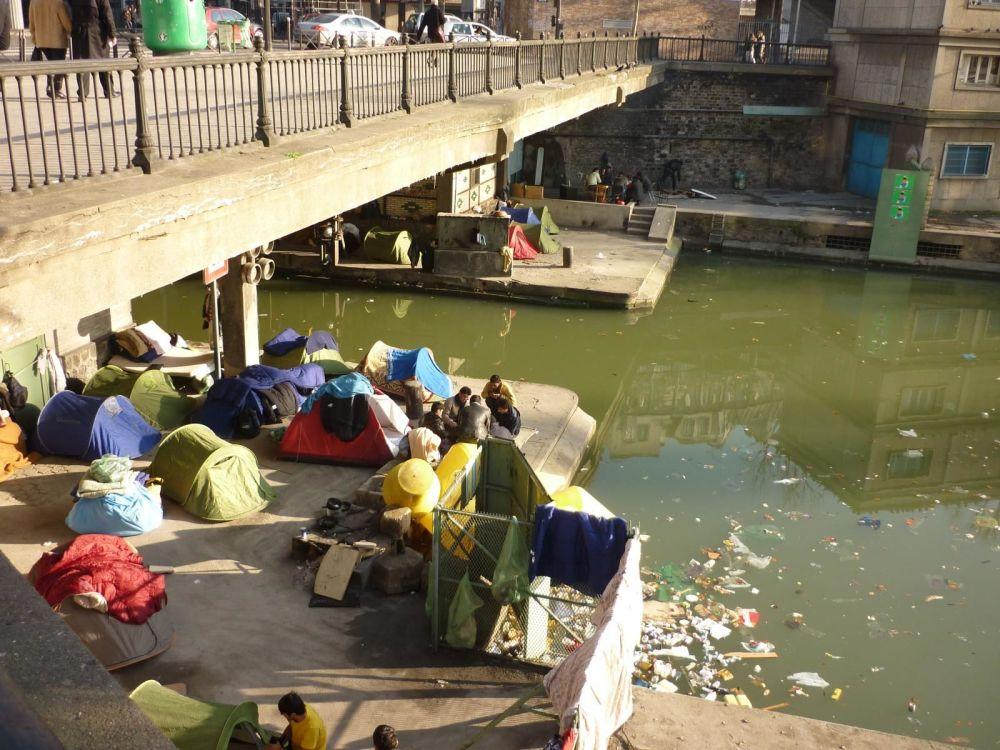 Afgāņu bēgļi zem tilta Parīzē
