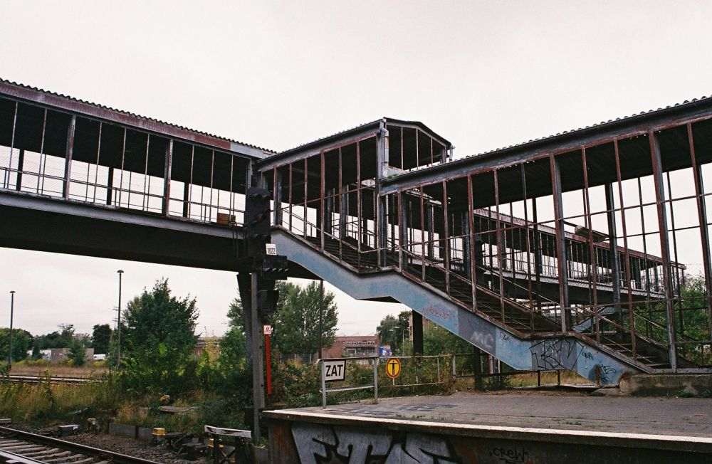 Dzelzceļa stacija Marzahn Austrumu Berlīnē. Tā joprojām darbojas, taču izskatās skumji.