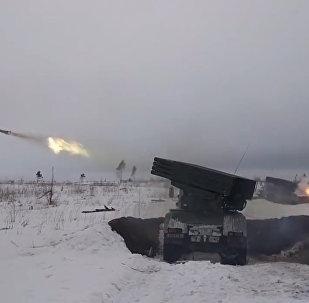 Krievijas motorizētos strēlniekus mācībās atbalsta tanki un aviācija