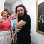 Певец Сергей Шнуров в галерее Fine Art на своей выставке живописи, которая открылась в рамках акции Ночь в музее в Москве, май 2010