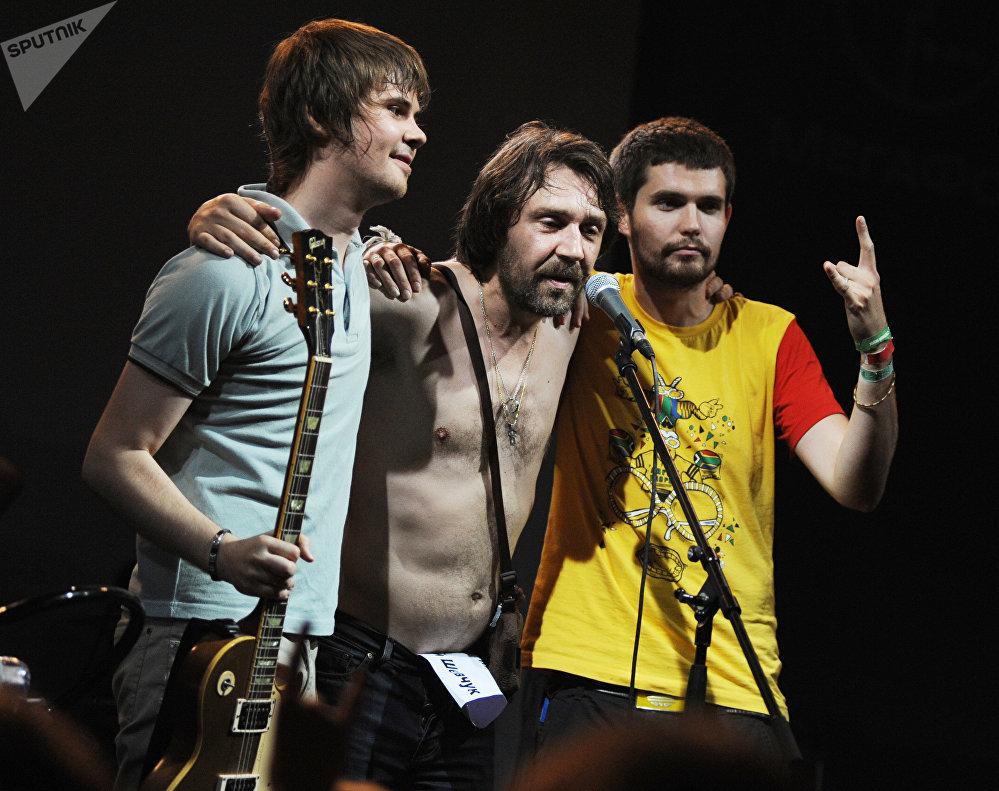 Noize MC (Иван Алексеев), Сергей Шнуров и Вася Обломов (справа налево), июль 2011