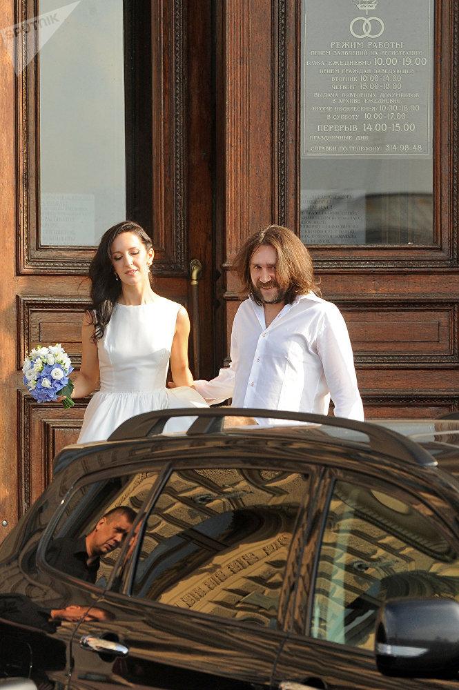 Свадьба Елены Мозговой и музыканта Сергея Шнурова (слева направо) после церемонии бракосочетания в ЗАГСе №1 на Английской набережной в Санкт-Петербурге, июль 2010