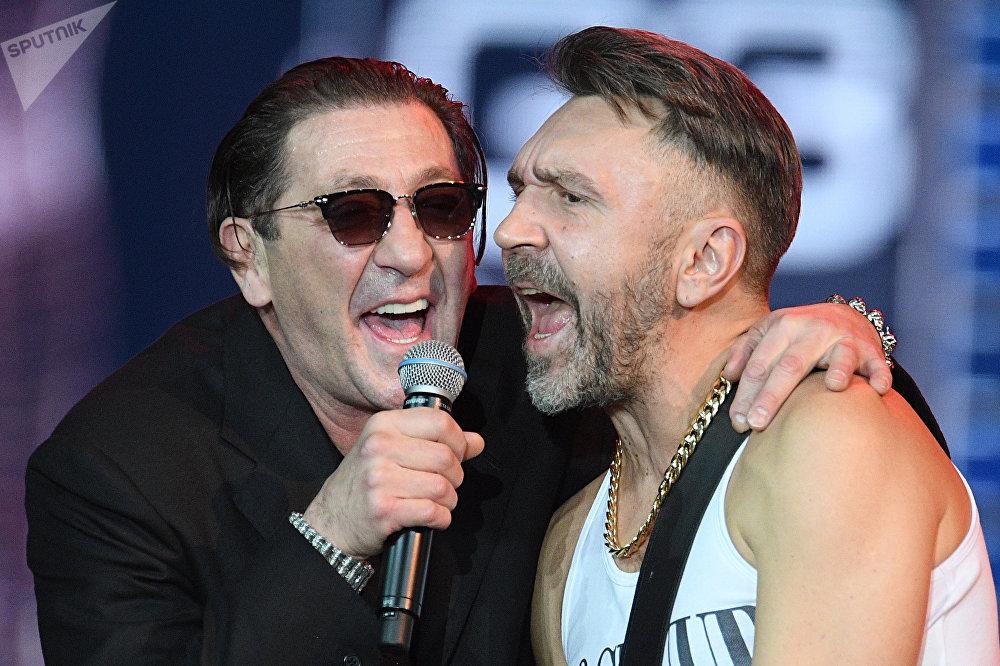 Лидер группы Ленинград Срегей Шнуров и певец Григорий Лепс (слева)