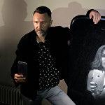 Лидер группы Ленинград Сергей Шнуров на собственной выставке Ретроспектива брендреализма