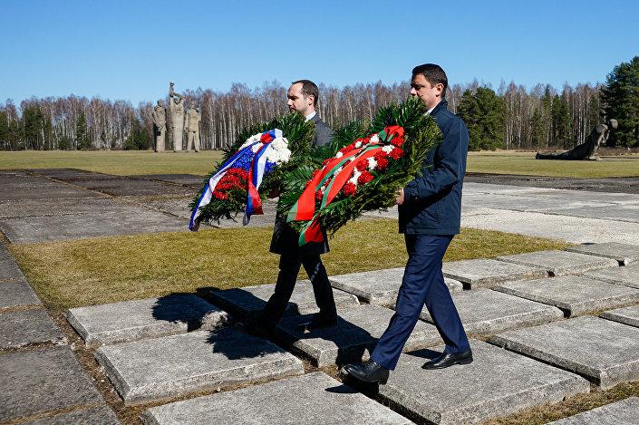Дипломаты Белоруссии и России возложили цветы и венки  на территории Саласпилсского мемориального комплекса