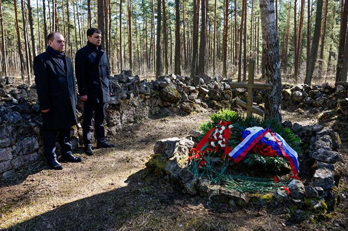 Дипломаты Белоруссии и России возложили цветы и венки на Старом гарнизонном кладбище в Саласпилсе