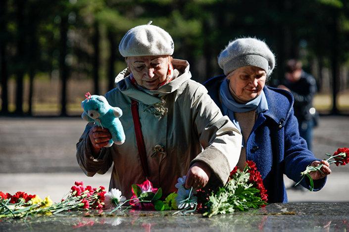 Торжественное возложение венков и цветов на территории Саласпилсского мемориального комплекса