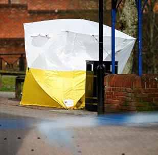 Палатка над скамейкой, на которой были найдены Сергей Скрипаль и его дочь в Солсбери