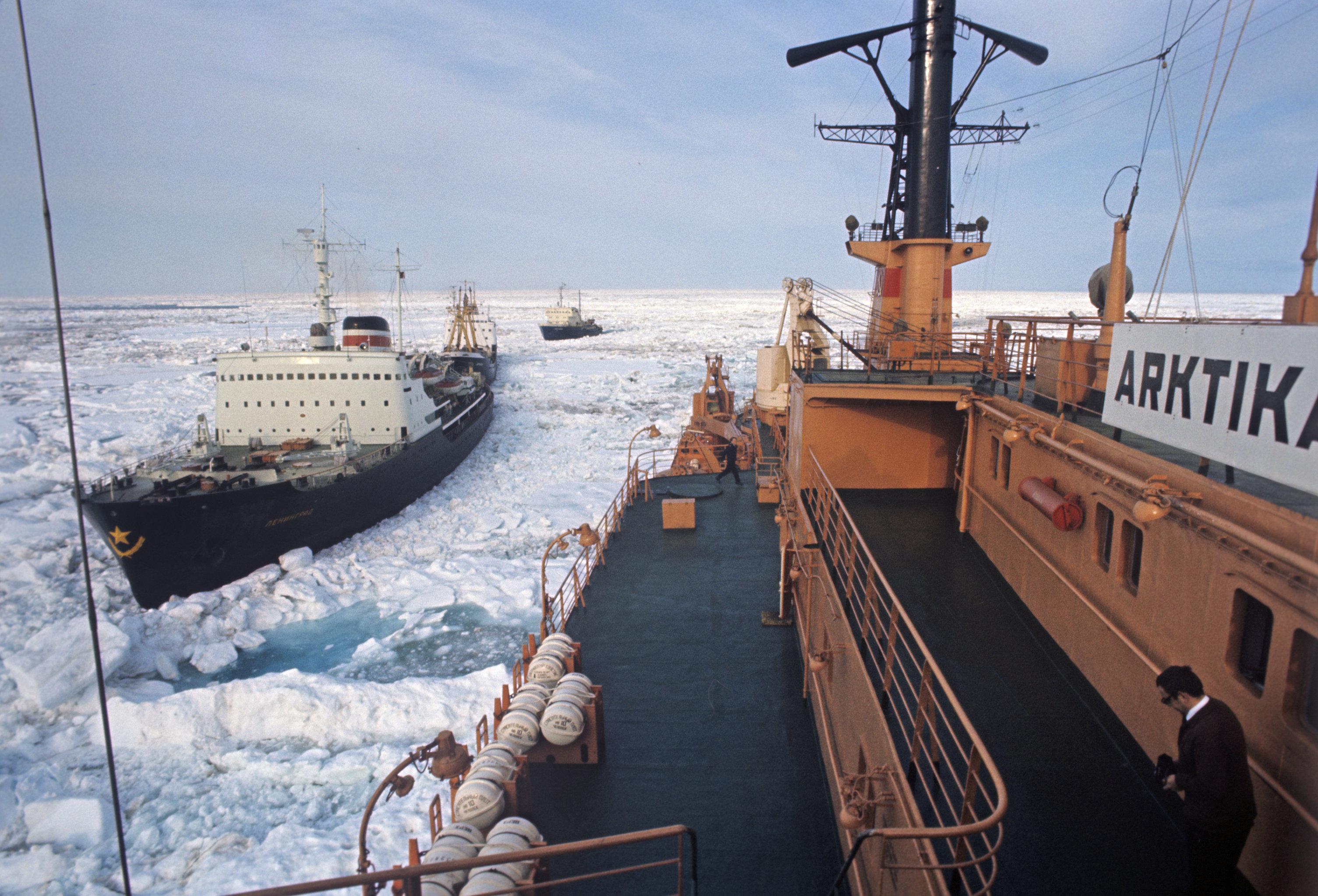 Атомный ледокол Арктика во главе каравана судов, идущего Северным морским путем.