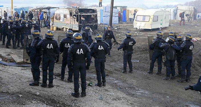 Французская полиция во время демонтажа лагеря для мигрантов в Кале