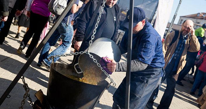 В Рыбный день на центральном рынке готовили уху