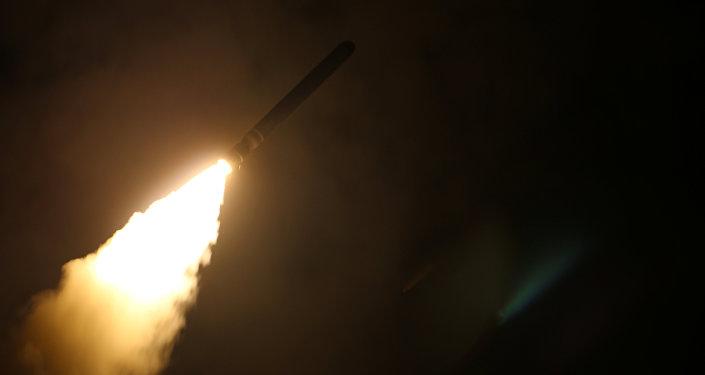 Военно-морской крейсер США USS Monterey запускает управляемую ракету Tomahawk