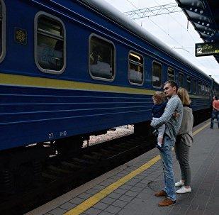 Пассажиры на перроне Центрального железнодорожного вокзала в Киеве.