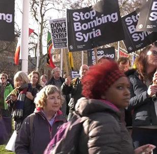 Rokas nost no Sīrijas: ASV un Lielbritānijā notika protesta akcijas