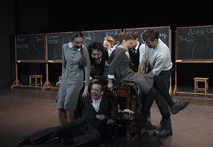 История, рассказанная в постановке театра им. Вахтангова Наш класс, происходит в польском местечке, расположенном всего в 500 км от Риги
