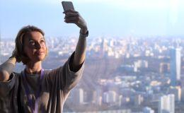 Apmeklētāja taisa pašfoto Eiropas augstākajā skatu platformā, kas atrodas torņa Federācija 89. stāvā Moscow city biznesa kompleksā.