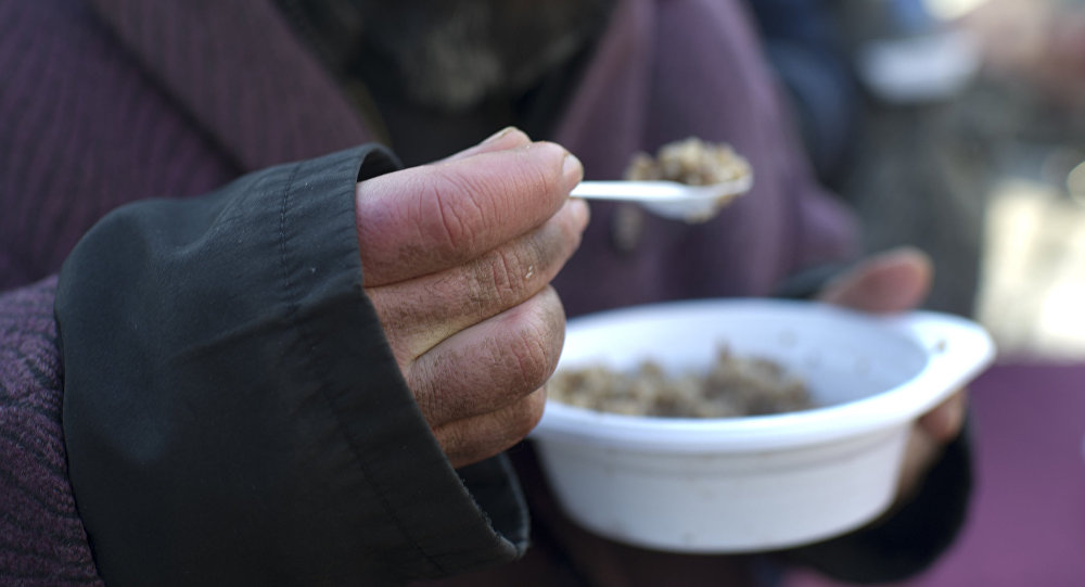 Акция по выдаче питания лицам без определенного места жительства. Архивное фото