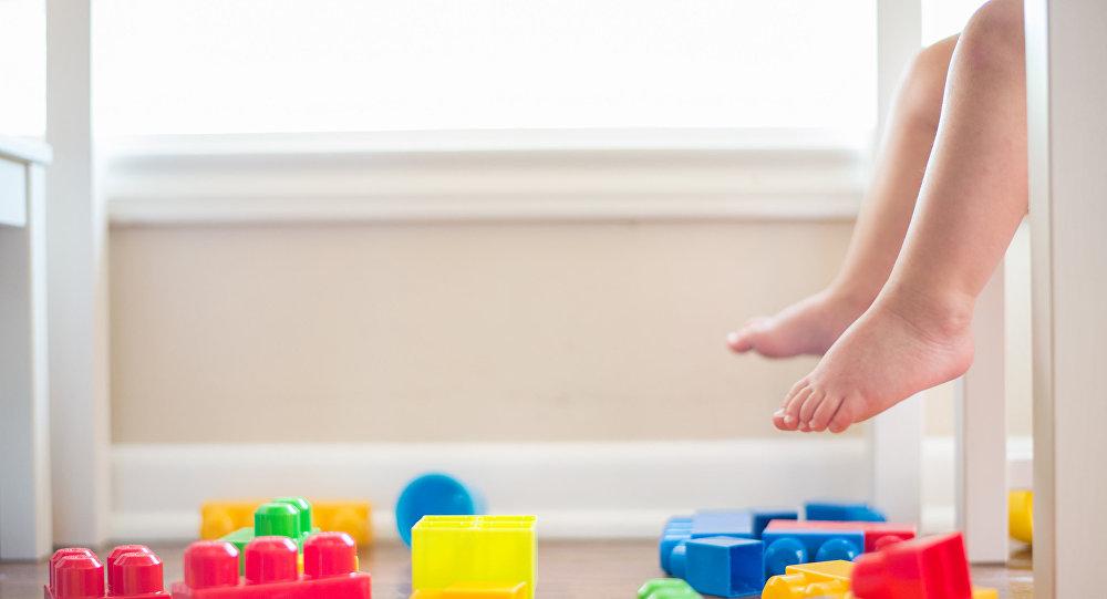 Ребенок играет в конструктор. Архивное фото