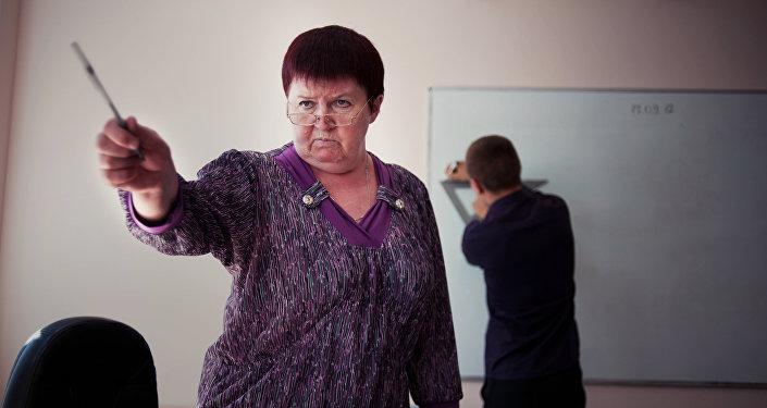 Преподаватель математики во время урока. Архивное фото