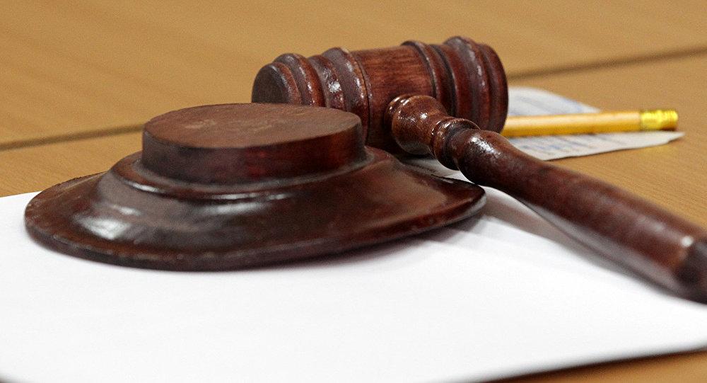 Молоток судьи в зале суда, архивное фото