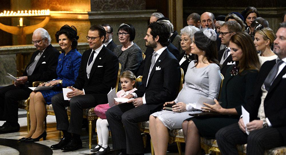 Королевская семья Швеции посещают молебен в честь новорожденного принца Оскар Карл Олоф