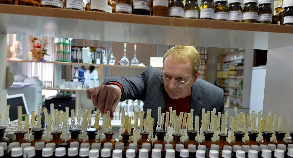 Parfimērs Oļegs Viglazovs laboratorijā
