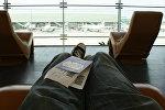 Пассажир в аэропорту, архивное фото