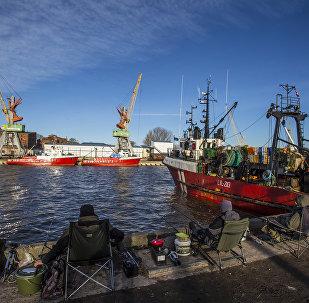 Рыбаки в порту Лиепаи