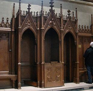 В католическом храме, архивное фото
