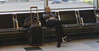 Пассажир с багажом в зале ожидания аэровокзала