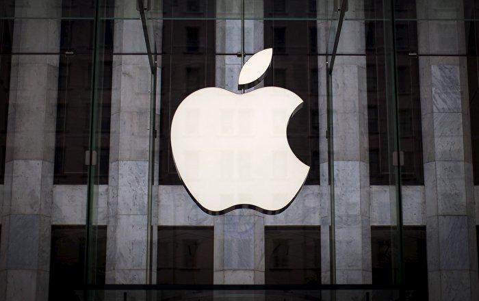 Логотип компании Apple над входом в магазин в Нью-Йорке, архивное фото