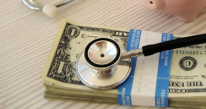 Деньги и стетоскоп. Архивное фото