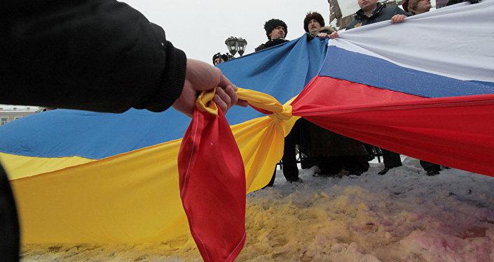 Флаги России и Украины, архивное фото